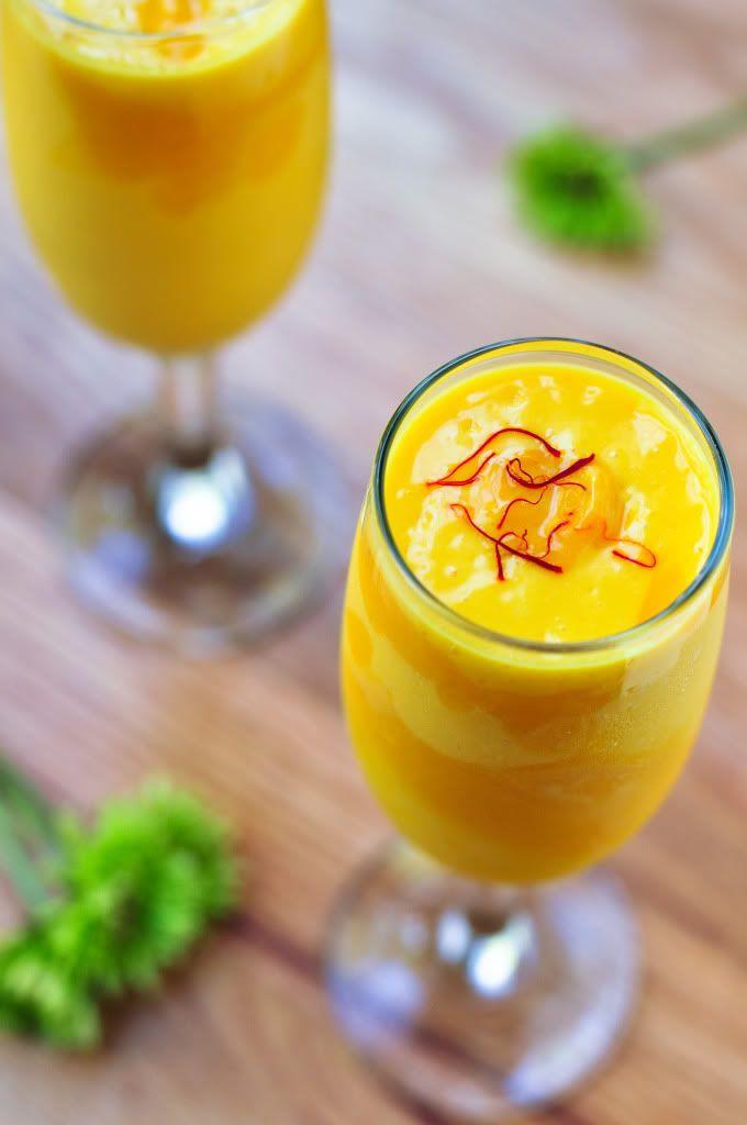 Mango Lassi Recipe (Low fat)    Mango  Grekisk youghurt  Mjölk  Riven färsk ingefära  Isbitar  Ev kardemumma eller mynta (om inte ingefära)