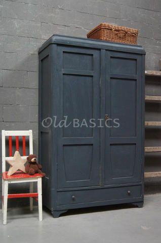Linnenkast 10190 - Unieke oude linnenkast in een donker-grijze kleur. De bollingen op de koof en de kromme lijn op de deuren, geven een speels effect aan deze redelijk strak vormgegeven kast. De verflaag op de kast heeft een craquelé effect. Van deze kast zijn er twee dezelfde. Leuk om als set te gebruiken!