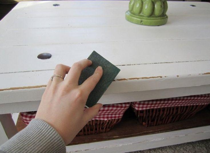 table basse peinte blanche et poncée avec papier de verre