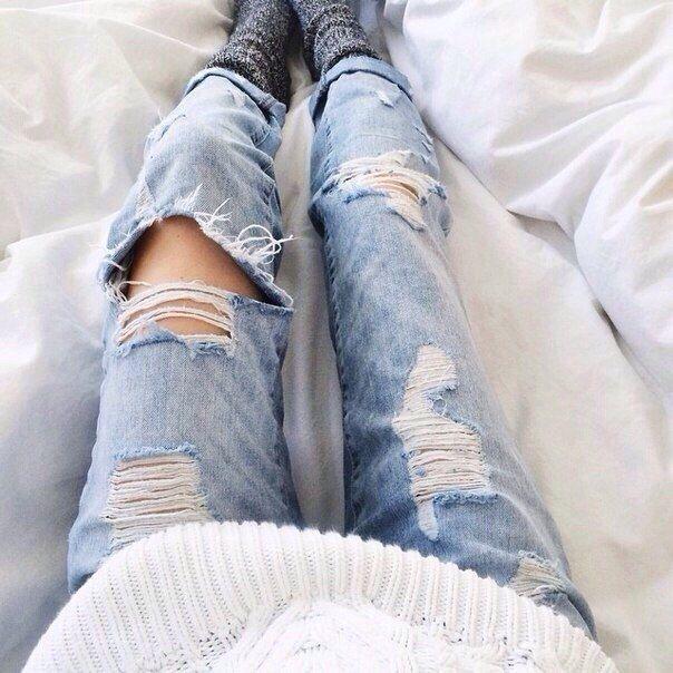 Рваные джинсы + ноги + носочки + белое одеяло + кровать + белый свитер