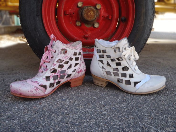Rovers 26015  http://www.traxxfootwear.ca/catalog/6012610/rovers-26015