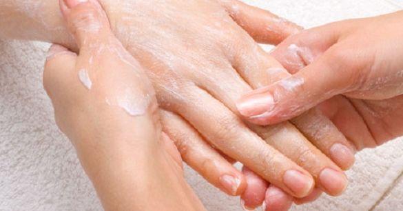 Tener unas manos suaves y hermosas se puede lograr de manera natural usando este ingrediente, el cual tiene propiedades importantes que lo hacen ideal para este tipo de tratamientos de belleza. Aunque muchos productos de cuidado de la mano prometen grandes resultados, estos son sólo temporales y pueden costar mucho. Como usar bicarbonato de sodio