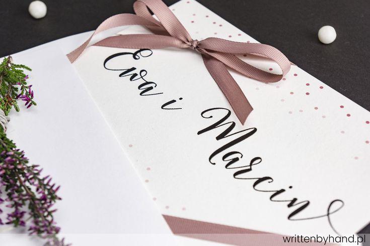 Pudrowe Kropki - Wykonane ręcznie, delikatne zaproszenie ślubne w pudrowej kolorystyce, w którym głównymi elementami są kaligrafowane Imiona Państwa Młodych, Imiona i Nazwiska osób zaproszonych, oraz napis R.S.V.P