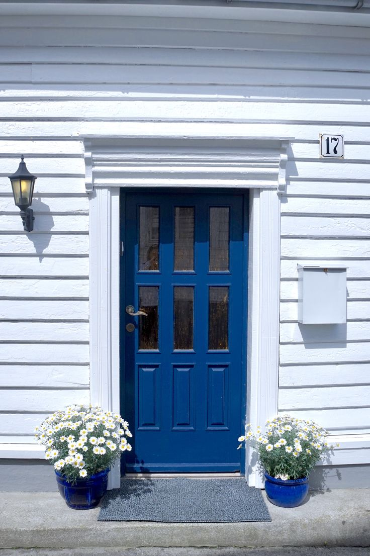 Blue door in #flekkefjord #hollenderbyen @monatersdal