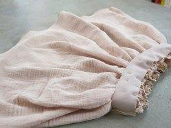 jupe fille double gaze de coton rose nude France Duval Stalla avec un fil doré et un large élastique doré.
