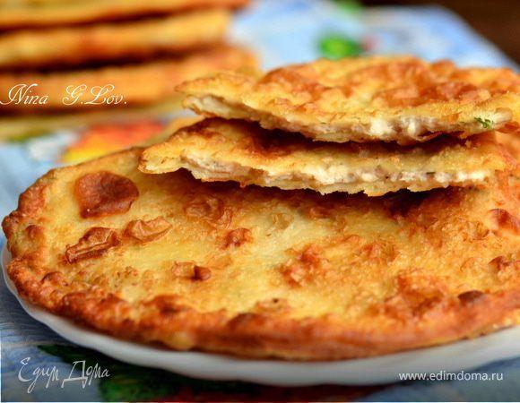 Эти пирожки из очень простого теста получаются настолько вкусными, тончайшими, хрустящими (когда горячие), что нельзя остановиться, а с холодным кваском, ммм,прелесть..Начинка у меня из картошечки ...