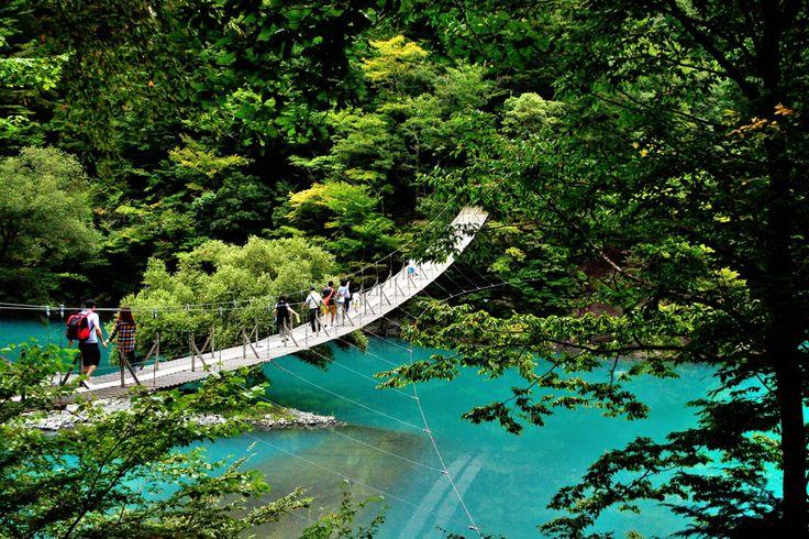 場所は静岡県の奥大井、寸又峡にある大人気スポット《夢の吊り橋》は世界で人気のサイトトリップアドバイザーで《死ぬまでに渡りたい世界の徒歩吊り橋ベスト10》に選ばれた場所でもあるのです。 きかんしゃトーマスやSLが走る大井川鉄道を楽しんだり、長島ダムを周辺を散策したり、楽しいスポットと合わせて美し過ぎるエメラルドブルーの湖へ行ってみませんか?