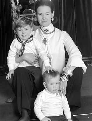 Anderson Cooper, with mom Gloria Vanderbilt and older brother Carter Cooper. 1969.