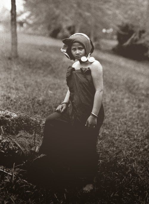 old-indische: A Karo Batak woman in traditional clothes, Indonesia ~ 1925.