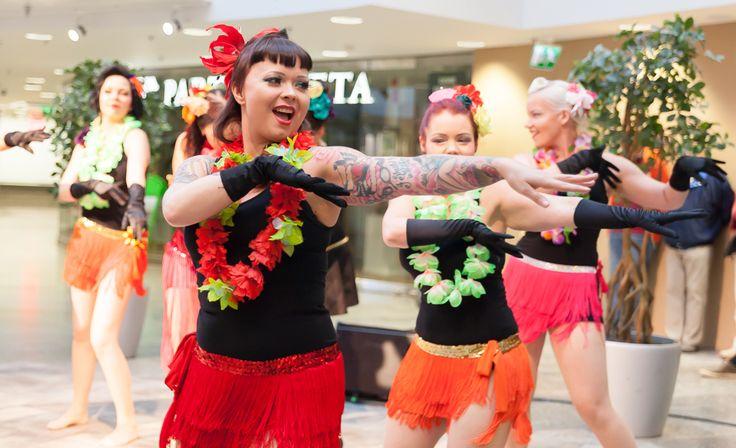 Burleskiparaati á la Kiki Hawaiji & the Vulcanic Vixens Kauppakeskus Hansassa Taiteiden yönä 14.8.2014