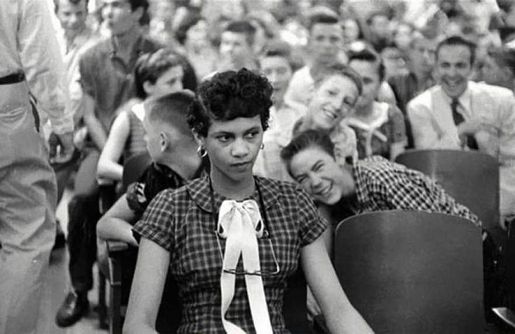 Dorothy Counts, la première femme noire à avoir intégré un établissement scolaire réservé aux blancs aux États-Unis, raillée et prise à parti par ses camarades blancs et mâles du lycée Harry Harding de Charlotte, en Caroline du Nord, 1957.