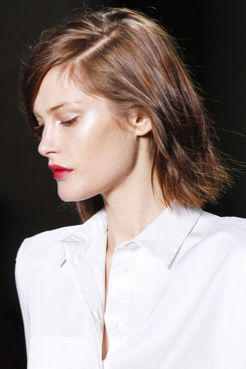 Highlight and contour on the run along with a textured bob: summer perfect! #makeup #beauty #runway