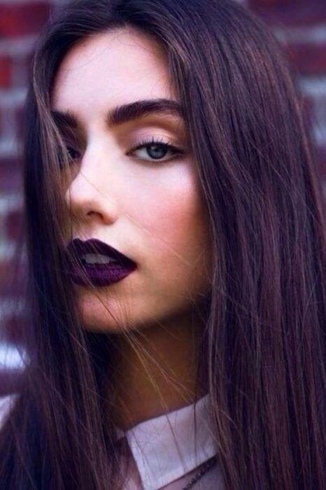 Mujer con labios morados.