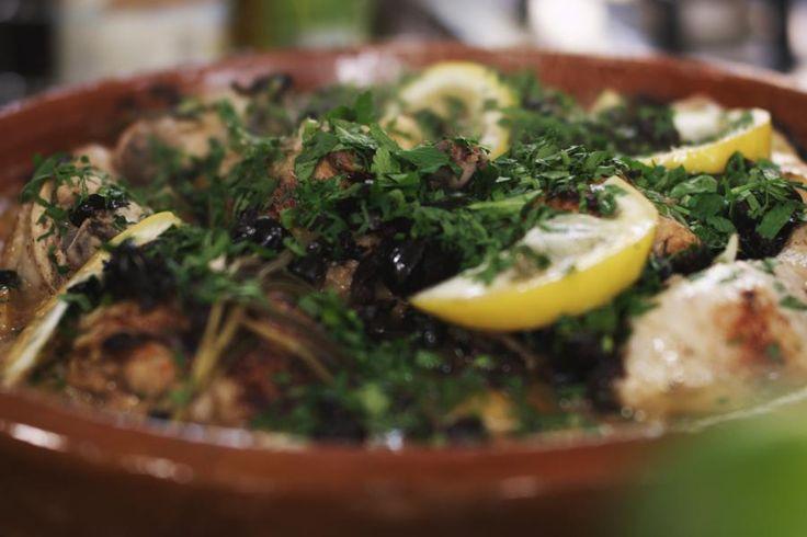 Met een tajine kan je de lekkerste stoofpotjes klaarmaken. In de typische hoge top van de Noord-Afrikaanse kookpot condenseert de damp tijdens het stoven. Dat zorgt ervoor dat je stoofpotje voortdurend bevochtigd wordt en alle smaken en aroma
