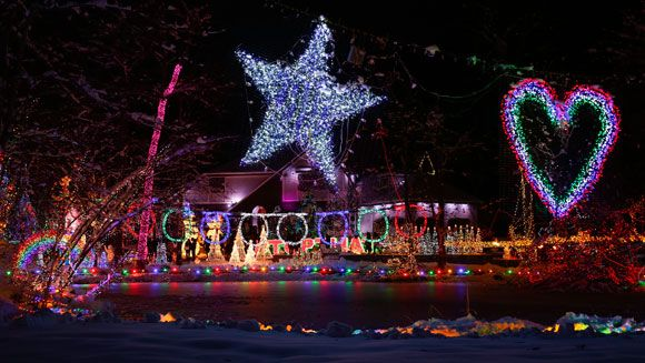 New York family regains Most Lights on a Residential Property world record | Guinness World Records