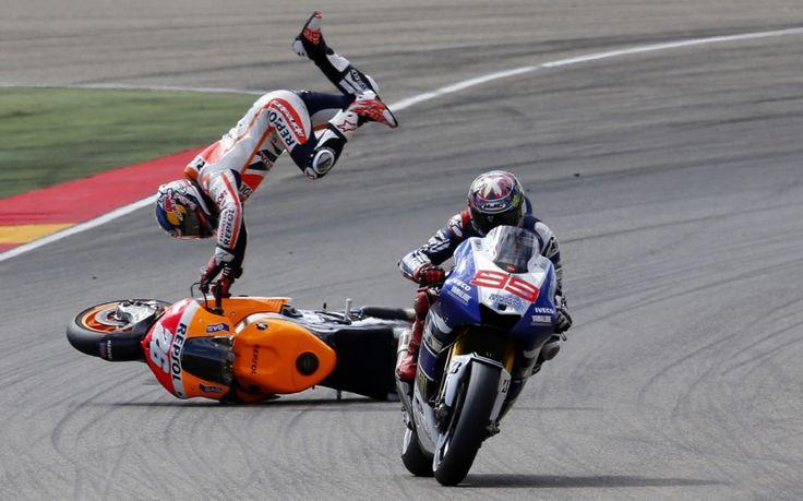 Der spanische Motorradrennfahrer Dani Pedrosa stürzt hinter seinem Landsmann Jorge Lorenzo beim Aragon Grand Prix im spanischen Alcañiz. Trotz des spektakulären Abgangs zog sich der dreifache Weltmeister nur leichte Verletzungen zu. (Bild: Jose Jordan/AFP)