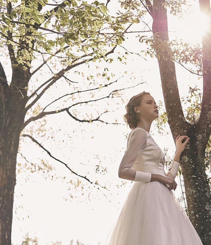 No. DBW-045 –気品溢れる上品なシルエットのドレス。ロングスリーブのサテンカラーが印象的なワンアクセントに。
