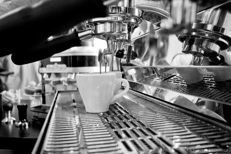 """Kawiarnia """"Kawki na Stawki"""" na warszawskim Muranowie – jest to miejsce, gdzie nie tylko można napić się przepysznej kawy, ale również zjeść domowej roboty wypieki... Dla studentów 15% rabatu z kartą StudentOn :)"""