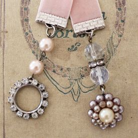 DIY Bookmarks  using velvet ribbon and dangling charms, vintage jewelry pieces, gemstones and glass beads: Bookmarks Diy, Handmade Bookmarks, Diy Bookmarks, Bookends Bookmarks, Ribbons Bookmarks, Bookmarks Baubles, Diy Bookmak, Vintage Jewelry, Vintage Bookmarks