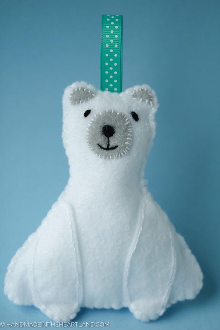 Kijk wat ik gevonden heb op Freubelweb.nl: een patroon van Handmade in the Heartland om deze ijsbeer te maken https://www.freubelweb.nl/freubel-zelf/zelf-maken-met-vilt-ijsbeer/