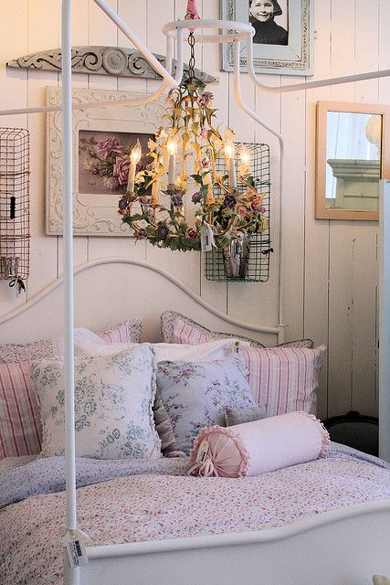 love the use of the baskets on the wall and get a load of that fabulous chandelier