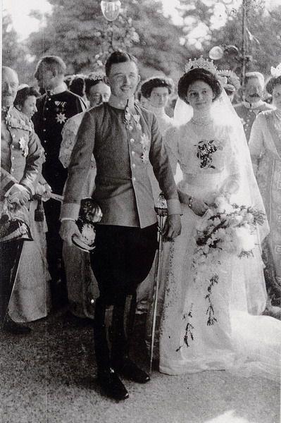 Wedding of Archduke Karl of Austria-Hungary & Princess Zita of Bourbon-Parma1918年の第一次世界大戦の終わりの後、オーストリア、チェコスロバキア、ハンガリーとスロベニア人、クロアチア人とセルビア人の州の新しい国が作られたとき、ハプスブルク家は追放されました。チャールズとジータはスイスと後のマデイラに亡命に出発しました、そこで、チャールズは1922年に死にました。彼女の夫の死の後、ジータと彼女の息子オットーは、追放された王朝の間団結の象徴として用いられました。信心深いカトリック、彼女は29才でやもめになっていた後に大家族を上げて、決して再婚しませんでした。