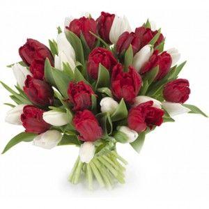 Een liefdevol rood-wit boeket vol tulpen. Een mooi boeket, zorgvuldig handgebonden door de bloemist.