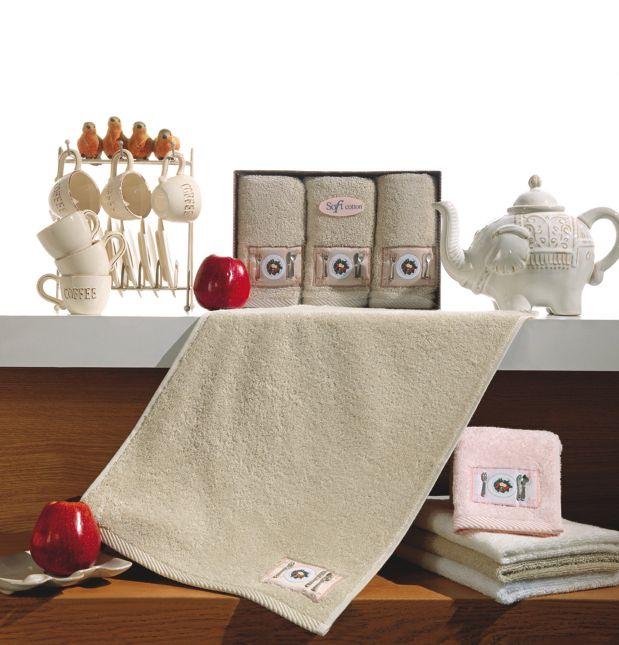 Chcesz zadowolić swoich bliskich pięknym prezentem? Mamy dla Ciebie zestaw trzech kuchennych ręczników KITCHEN wykonanych z bawełny frotte i zapakowanych do ozdobnego opakowania. Możesz wybrać jeden z 4 kolorów, każdy zestaw zawiera trzy ręczniki w rozmiarze 32x50cm. Miniaturowe stylowe sztućce na ręcznikach wykonane są z metalu. Zalecana temperatura prania 40°C.