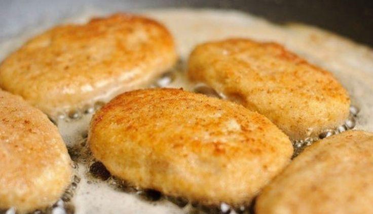 INGREDIENTE: -500 g de piept de pui; -200 g de pâine; -½ pahar de lapte cald; -6 linguri de unt; -½ linguriță de sare; -un cățel de usturoi; -un praf de piper negru măcinat; -½ pahar de pesmet; -o lingură de ulei de floarea-soarelui; -100 g de cașcaval. MOD DE PREPARARE: 1.Înmuiați pâinea în laptele cald. 2.Treceți pieptul de pui, pâinea înmuiată în lapte și usturoiul prin mașina de tocat carne. Adăugați sarea, piperul negru și amestecați foarte bine compoziția obținută. 3.Modelați…