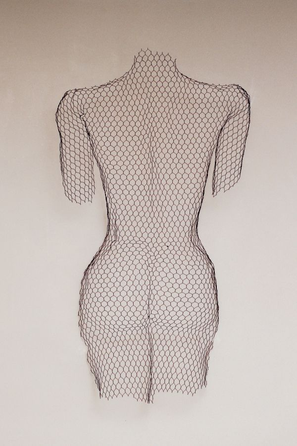 Chickenwire steel mesh Interior, Indoors, Inside sculptur (William Ashley-Norman, 2014) titled: 'Female nude - Back (Wire Netting Torso Wall Hung high relief statue)'