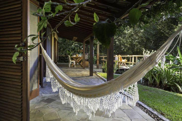 Casa de praia - Guaecá SP : Balcones y terrazas rústicos de Lucia Manzano