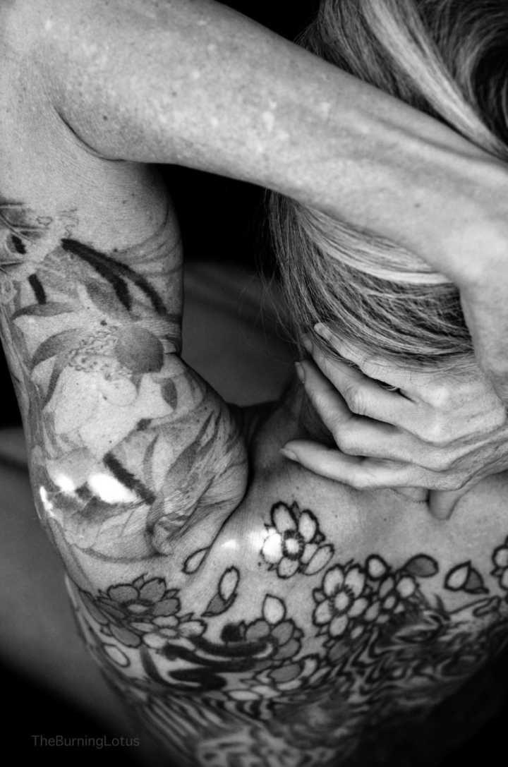 Aos 56, ela virou modelo após fotos provocantes de suas tatuagens