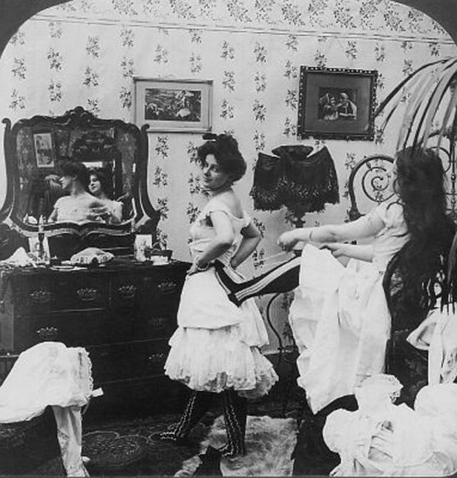 vintage everyday: Funny Vintage Pictures from the 1910s Show How to Lace One's Corsets with a Foot in the Back