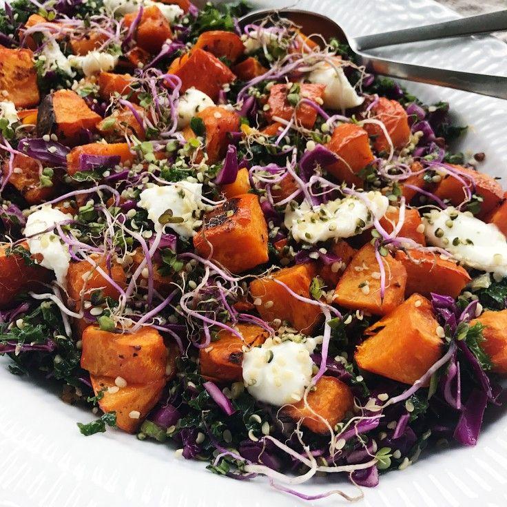 Græskarsalat smager helt fantatisk om efteråret og er utrolig smuk også. Denne opskrift på græskarsalat er med grønkål og spidskål.