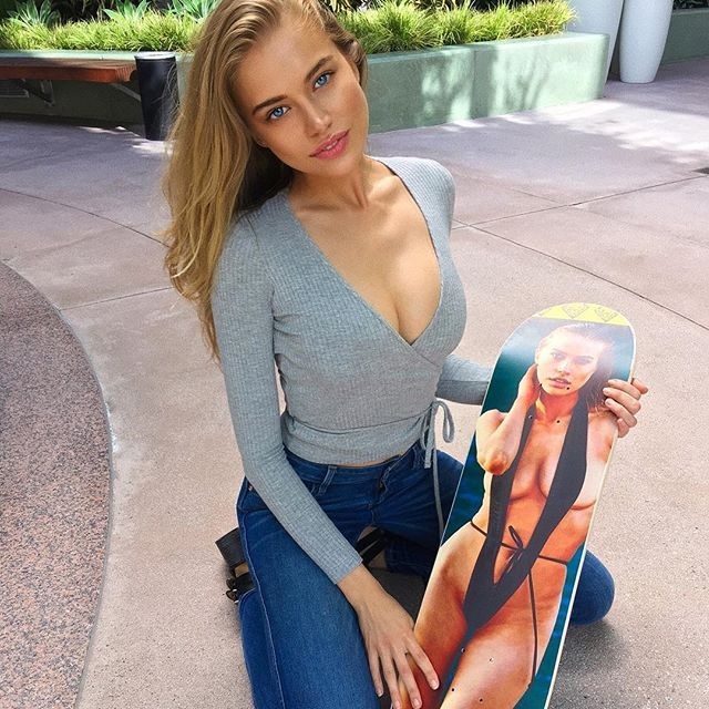 thank you @wattsupphoto for my new cool skateboard 😜 @si_swimsuit is the gift that keeps on giving 🤗😍😍💋💋 p.s. lessons anyone? 😛