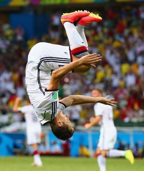 Der Stürmer feiert seinen 15 Treffer bei einer WM mit einem Salto #klose #germany #fifa #worldcup