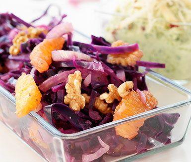 Rödkålssallad med fänkål, valnötter och pepparrotsyoghurt är en mycket tilltalande rätt. Lysande och färgrikt tillbehör som passar utmärkt till skinka och kalkon.