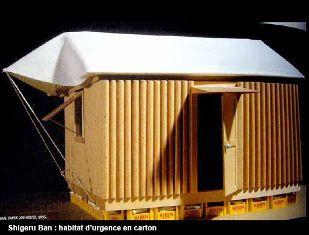 Shigeru Ban - Paper log houses 1995 - Maisons de réfugiés construites sur des casiers à bière en plastique remplis de sacs de sable qui assurent l'étanchéité. Les murs en tubes de carton sont reliés par des tiges métalliques boulonnées et portent une simple charpente soutenant une toile.