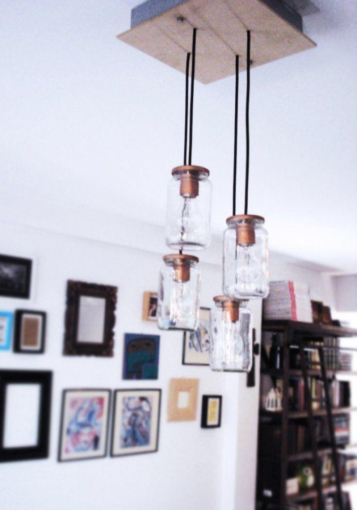 Esta lámpara surgío a partir de un post de DIY de Pinterest y de darle un uso a unos frascos de mermelada que juntaba y guardaba mi mamá.  Cada Lámpara se hace a medida con la cantidad de frascos que sean necesarios, generalmente recomendamos de 6, 11 o 15 frascos!  Las bases son de maderas recicladas, dependiendo del tamaño utilizamos diferentes soportes.  *El precio que aparece en el sitio es por la lámpara de 4 frascos!