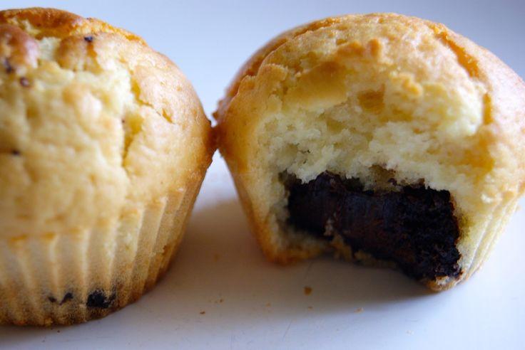 Une de mes spécialités: de délicieux petits muffins au coeur de Nutella, au bon goût de noisette. Je fais très souvent cette recette car on adore ces petits muffins bien moelleux! Ingrédients pour 12 petits muffins : 300 g de farine 1 sachet de levure...