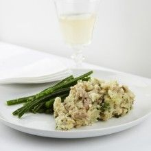 Aardappelpuree met tonijn en groene boontjes: Snijd de geschilde aardappelen in kleine stukken. Gaar de aardappelen in gezouten water, giet af en pureer. Roer hierdoor de tonijn, de gesnipperderode ui, peterselie en olijfolie. Kruid met peper en zout. Blancheer de bonen en bak ze samen met de sjalotjes in boter
