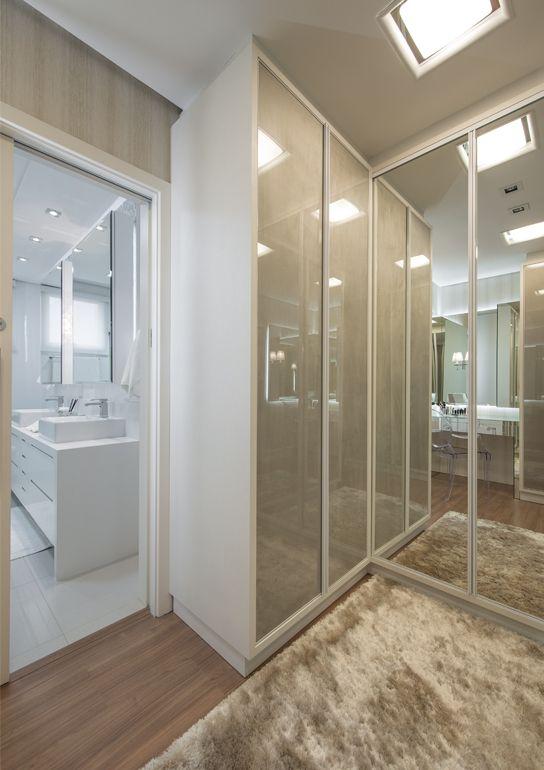 Closet com armários em laca e espelho. Super lindo!!
