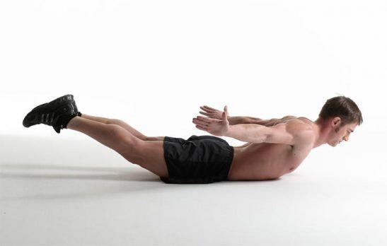 6 oefeningen tegen lage rugpijn - Runner's World