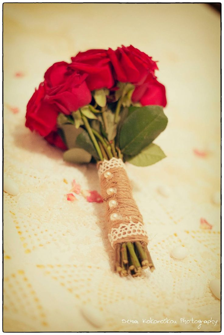 νυφική ανθοδέσμη από κόκκινα τριαντάφυλλα και δέσιμο από λινάτσα και πέρλες www.domeafavorevents.gr