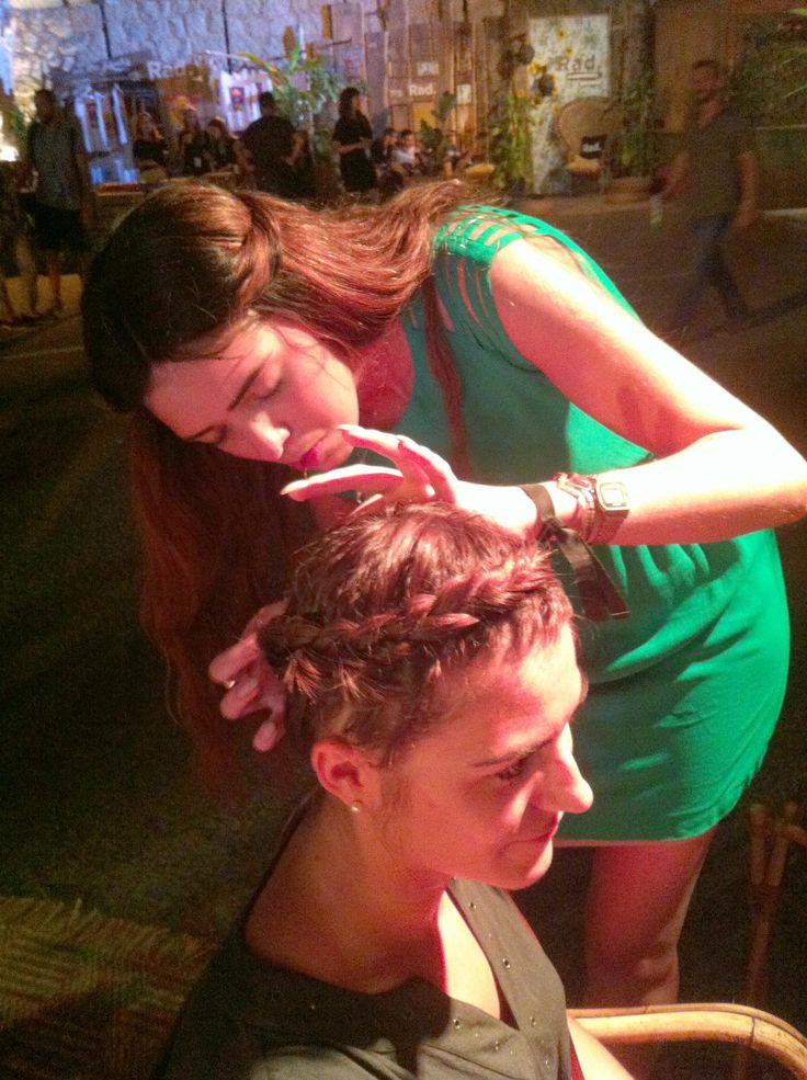Depuis Calvi sous le soleil du festival Calvi On The Rocks les coiffeuses du bar à coiffure 365c coiffent les festivalières en mélant à leur chevelure des foulards en tissu Frou-Frou  Ici un aperçu du stand