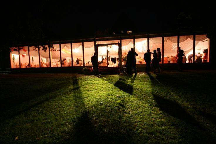 Juhlapaviljonki elokuun iltana/Pavillion at August