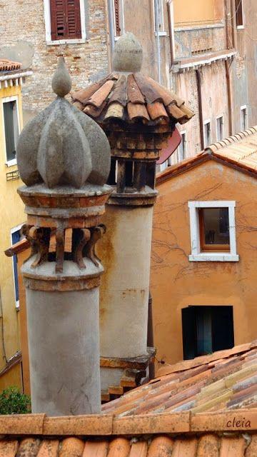 """Cheminées du Palais Fortuny - Venise - Dans l'Antiquité la plupart des toits de Venise étaient recouverts de paille, il suffisait alors d'une étincelle échappée d'une cheminée pour brûler la moitié de la ville. Les cheminées dites """"a canna rovesciata"""" (tuyau renversé) et """"a tronco di cono"""" (tronc de cône) furent inventées afin d'entraver et refroidir les étincelles. Beaucoup de ces cheminées sont peintes ou décorées. De nos jours, il en reste encore plus de 10 sortes (source…"""