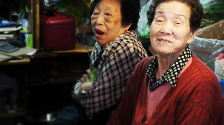 Deux vieilles femmes discutent à leur étal, dans un marché de Séoul, Corée du Sud