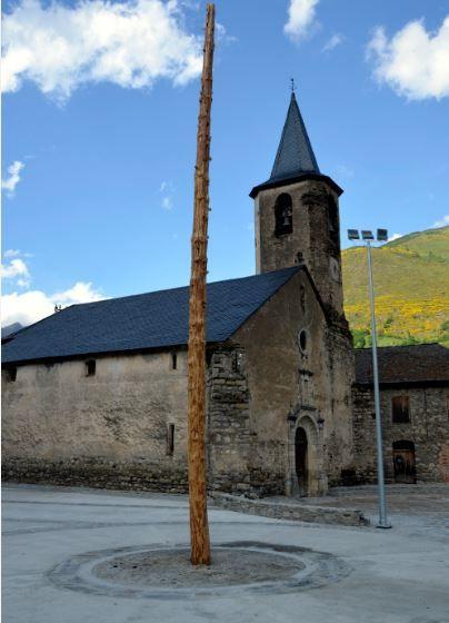 La falla major plantada a la plaça d'Isil esperant ser cremada el dia de la baixada de falles, per la revetlla de Sant Joan (ACN)