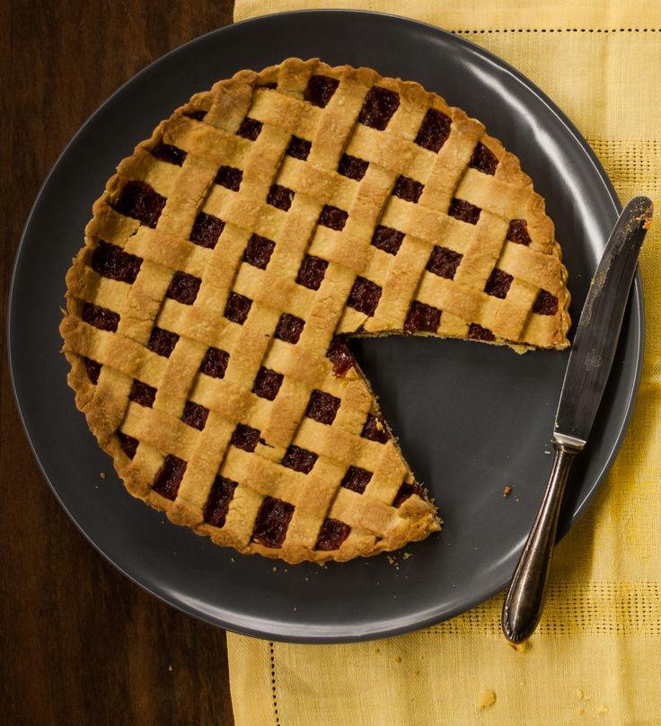 Crostata de goiabada | #ReceitaPanelinha: Conhecida como crostata, esta torta é garantia de sucesso e par perfeito para um cafezinho. Uma pitada? Sirva acompanhada da cobertura de cream cheese. Delícia!